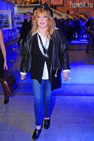Алла Пугачева  перед началом показа коллекции Valentin Yudashkin модельера Валентина Юдашкина в рамках Moscow Fashion Week в Гостином дворе. 2013 год