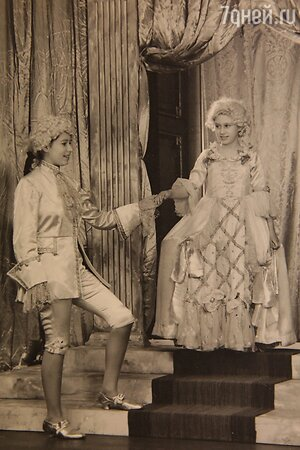 Принцессы Елизавета (слева) и Маргарет в домашней постановке. 1941 г.
