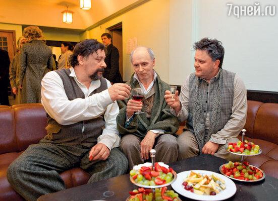 Юбиляра поздравляют Дмитрий Назаров и Сергей Беляев