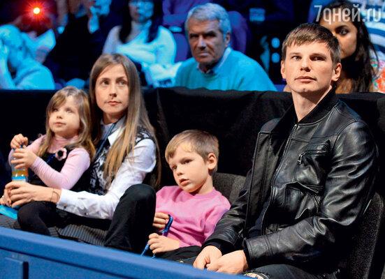 Со старшими детьми Артемом и Яной