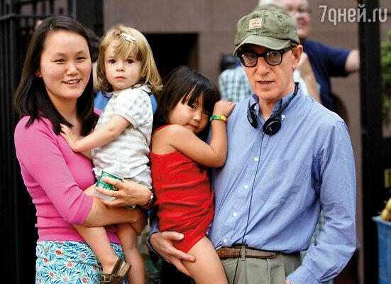 Родить своих детей Вуди с Сун-И, увы, не смогли, зато усыновили двух девочек — Беше и Мэнзи. Нью-Йорк, 2002 г.