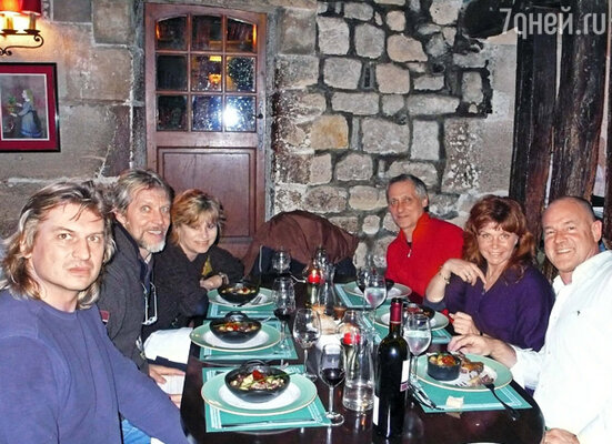 С  друзьями в парижском ресторане