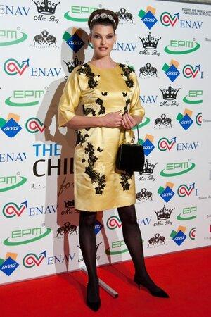 Линда Евангелиста в платье и с сумочкой от Dolce&Gabbana на благотварительном мероприятии Children For Peace Benefit 2013