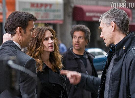 С партнером Клайвом Оуэном, режиссером Тони Гилроем и ассистенткой на съемочной площадке фильма «Ничего личного»