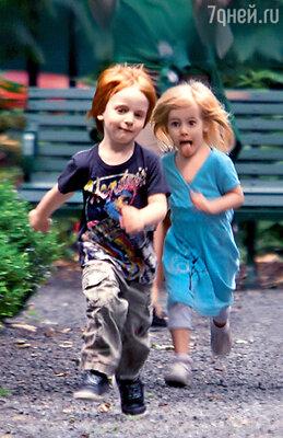 «Финн — копия своего отца в детстве, настоящий красавчик: рыжеволосый с зелеными глазами, а Хэзел — платиновая голубоглазая блондинка. Точно такой же и маленький Генри»