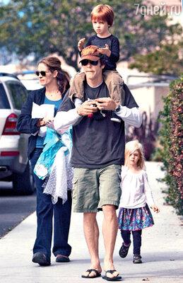 Джулия очень любит своего мужа и может говорить о нем часами, хотя и уверяет, что он ненавидит, когда она о нем «много болтает». С Дэнни и близнецами актриса возвращается из гостей в праздничный день Хэллоуина. Лос-Анджелес, октябрь 2008 г.