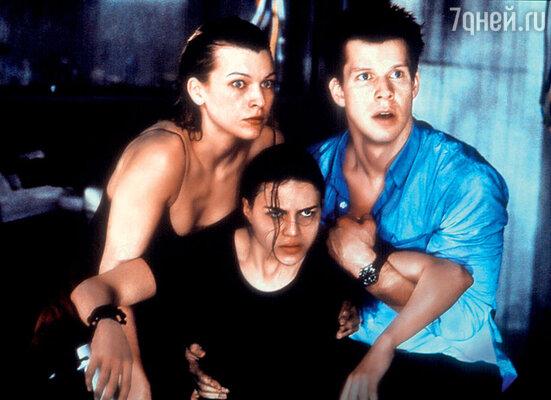 С Миллой Йовович и Эриком Мэбиусом в первом фильме «Обитель зла». 2002 г.