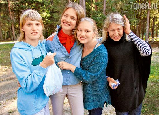 С сестрами Оксаной, Кристиной и мамой Ларисой Викторовной в инклюзивном детском лагере «Юный нижегородец». 2013 г.