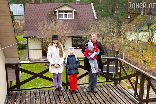 Михаил Ефремов с детьми в своем доме в Юрмале