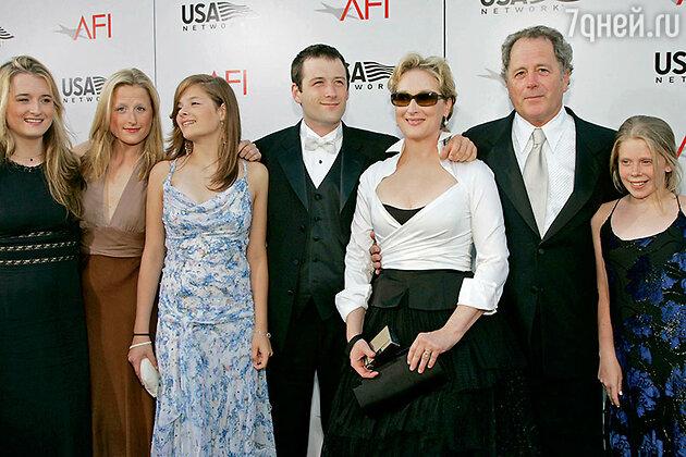 Мэрил Стрип с семьей на церемонии вручения престижной награды за вклад в киноискусство