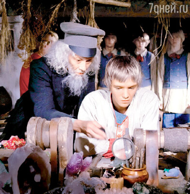 Александр Леньков играет в «Книге мастеров» Учителя, а молодой актер Максим Локтионов— главного героя, сироту Ивана