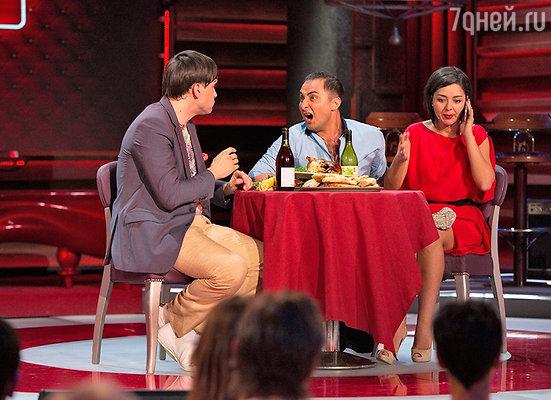 Марина на сцене с Андреем Авериным и Демисом Карибидисом, креативным продюсером фестиваля Comedy Club в Юрмале