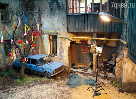 Вот такой оригинальный дворик устроили в павильоне «Мосфильма»
