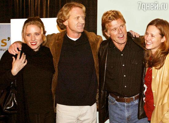 Роберт Редфорд сдочерью Эми, сыном Дэвидом иего женой Кайли. 2003 год