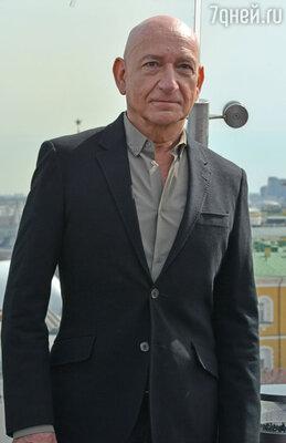 Компанию исполнителю роли Тони Старка на пресс-конференции составил актер Бен Кингсли