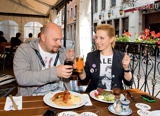 Яна Чурикова комментировала «Евровидение-2011» в российском эфире. С супругом Денисом