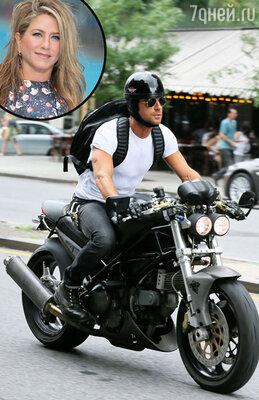 Дженнифер Энистон вручила Джастину Теру ключи от позолоченного мотоцикла стоимостью почти  в 1 миллион долларов