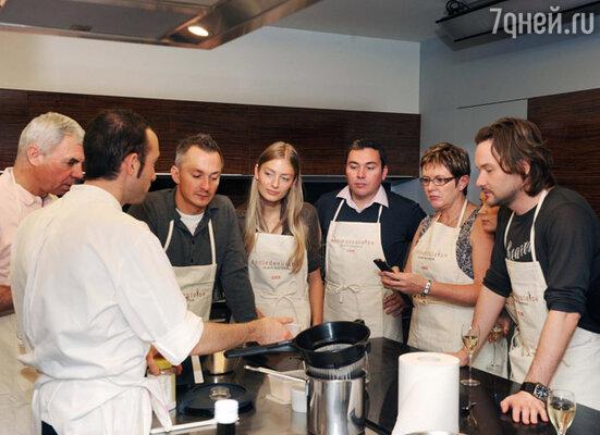 Лучший мишленовский повар Парижа Алан Дюкасс и его коллеги пригласили русских гостей в свою школу