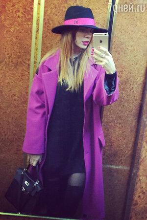 Анастасия Стоцкая в пальто от Vika Smolyanitskaya и сумкой Kelly от Hermes
