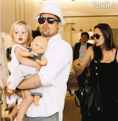С дочерью Шилох и Анджелиной Джоли