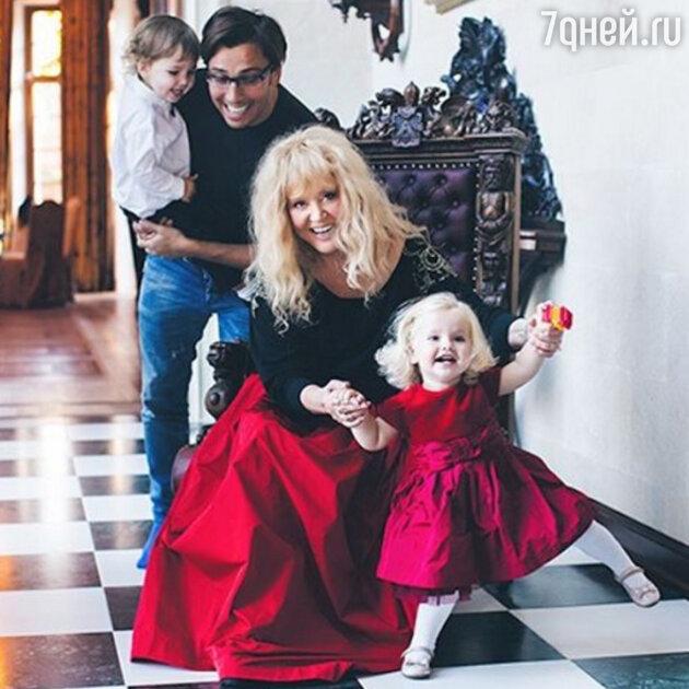 Алла Борисовна с Максимом и детьми — Лизой и Гарри