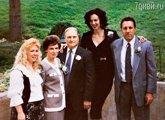 Лорен с приемной матерью Лулой и отцом Айвеном (слева), братом Рэнди и сестрой Джен на «золотой свадьбе» родителей. Город Рой (штат Юта), 1992 г.