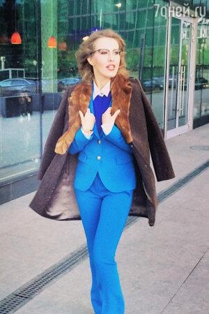 Ксения Собчак в брючном костюме от Emilio Pucci, в пальто от Александра Терехова на съемках программы «Сделка»