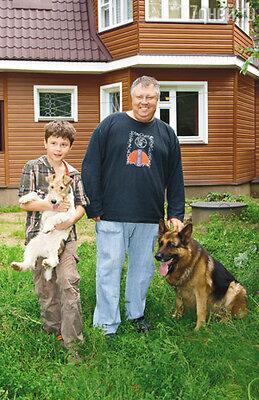 С сыном Юрой и полноценными членами семьи фокстерьером Арчибальдом и овчаркой Графом в своем загородном доме