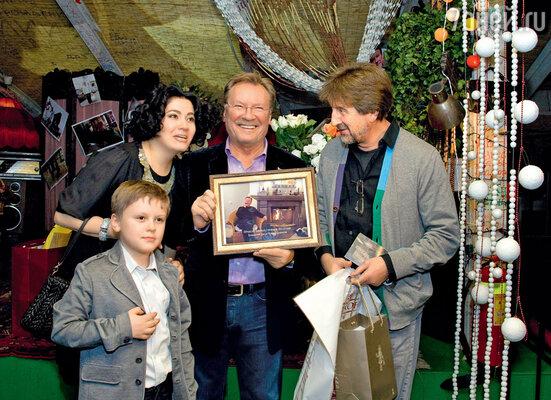 Сергей Шакуров с женой Екатериной, сыном Маратом и подарком отЛеонидаЯрмольника