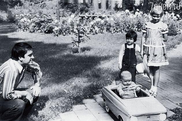 Михаил Филиппов с сыном Дмитрием и Костей (сидит в машине) и Таней Андроповыми