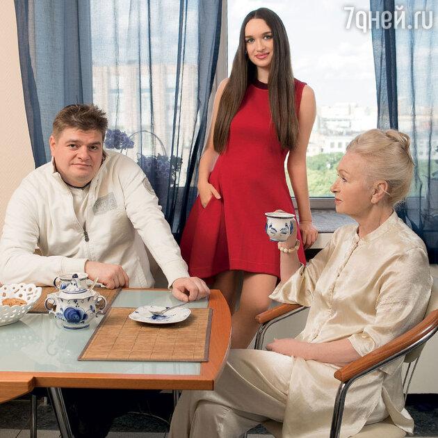 Татьяна Квардакова с сыном Константином  и внучкой Николь