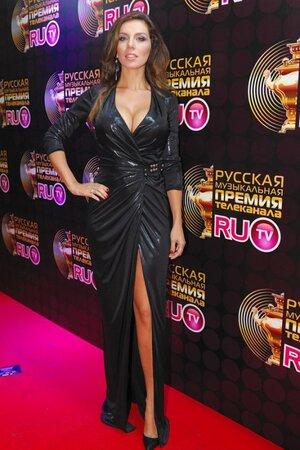 Анна Седокова в вечернем платье с запахом на церемонии вручения премии телеканала RU.TV в 2011 году