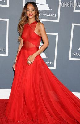 Рианна появилась в красном на ковровой дорожке «Грэмми»