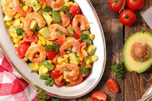 Легкий салат с креветками и авокадо: рецепт от актрисы Иевы Андреевайте