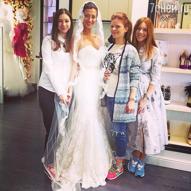Наталья Подольская с сестрой Юлианной и подругами