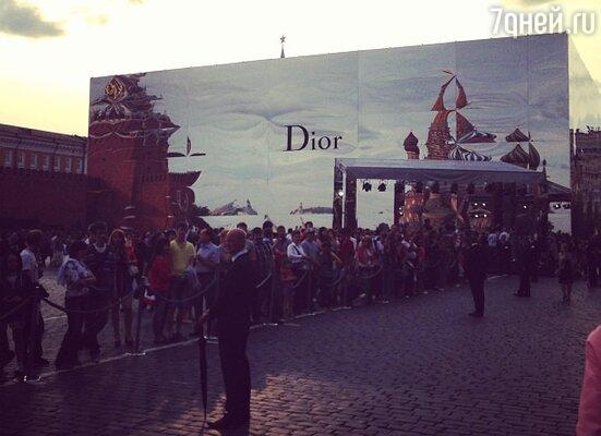 Зеркальный павильон Dior на Красной площади