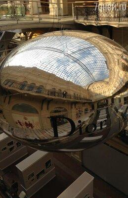 Зеркальный шар Dior в ГУМе