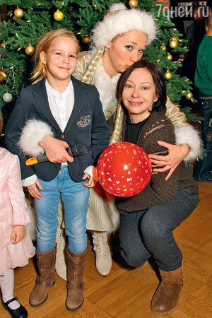 Снегурочка из МХТ поздравляет Евгению Добровольскую и ее дочь Анастасию