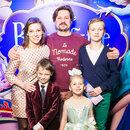 Нелли Уварова и Александр Гришин с детьми. Маленькую дочь Ию родители нарядили в платье принцессы..