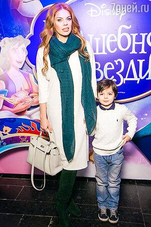 Анастасия Стоцкая с сыном Сашей.
