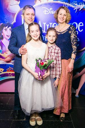 Дмитрий Богачев, его супруга Анастасия и дочери Соня и Тоня
