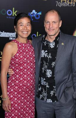 Пожалуй, единственным человеком, которому было все равно, кого он играет, всегда оставалась только жена Лора. Вуди с женой на премьере «Голодных игр». Лос-Анджелес, 2012 г.