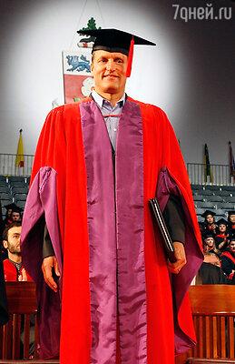 Харрельсон вошел в советы директоров сразу нескольких учебных заведений. Вуди получает звание доктора на почетной церемонии в York University в Торонто