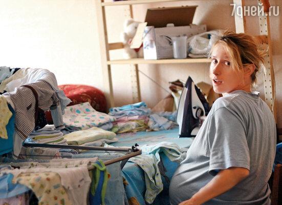 В тридцать две недели я еще клеила обои в комнате, забиралась на стремянку. У меня проснулся сумасшедший инстинкт гнездования