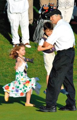 Майкл — «мистер Мамочка» — с дочкой Кэрис и сыном Диланом. Лос-Анджелес, февраль 2009 г.