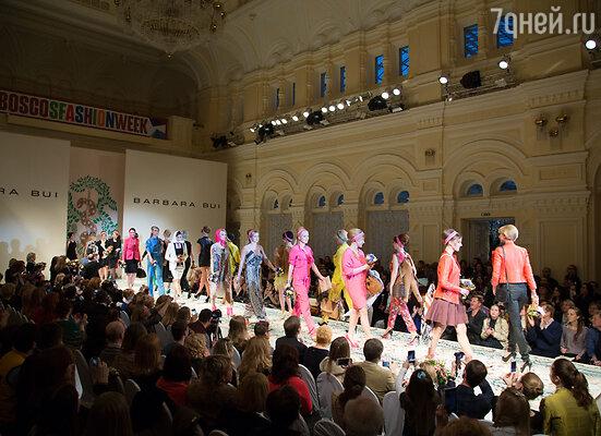 Барбара Буи зарядила свою новую весенне-летнюю коллекцию энергией цвета и свободы. Палитру составили яркие, жизнерадостные краски