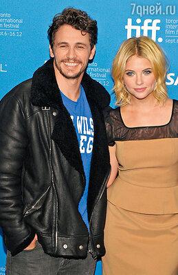 Джеймс с 24-летней актрисой Эшли Бенсон, с которой познакомился на съемках «Отвязных каникул»