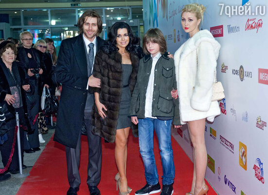 Анастасия Заворотнюк (в центре)