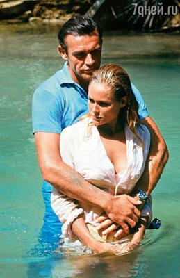 Только благодаря своим связям и упорству Брокколи удалось убедить боссов единственной студии в Голливуде United Artists финансировать первый фильм о британском агенте 007 — «Доктор Ноу». Шон Коннери и Урсула Андресс, 1962 г.