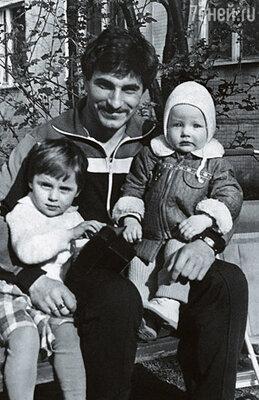 Маленькая Аня с младшей сестрой Машей и папой Алексеем Снаткиным